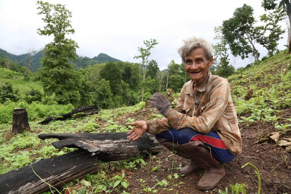 A farmer near the site of the proposed Hatgyi dam on the Salween River talks about traditional and sustainable farming practices. This land would be flooded if the dam is built.