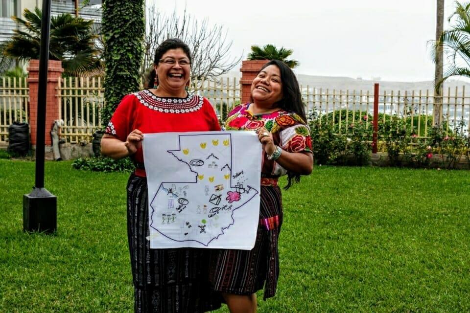 Silvia Maribel Tecún León y Liliana Isabel Hernández Estrada del pueblo Maya K´iche de Guatemala muestran el mapa de su país en donde dibujaran diversas problemáticas que enfrentan sus comunidades, tales como la desigualdad, el extractivismo, la militarización, la contaminación, asesinato de líderes y lideresas indígenas, y los incendios forestales. //  Silvia Maribel Tecún León and Liliana Isabel Hernández Estrada from the Maya K'iche people of Guatemala show the map of their country with the various problems that their communities face, such as inequality, extractivism, militarization, contamination, assassination of leaders and indigenous leaders, and forest fires.