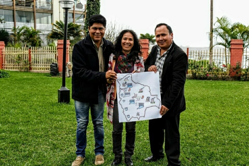 Participantes y ponente de Bolivia. Alex Vilca y Ruth Alipas de la Comunidad de San José de Uchupiamonas de Bolivia ilustran entre los problemas que pasan en sus comunidades como las hidroeléctricas, extractivismo, criminalización de líderes y lideresas indígenas, falta de consulta previa a los territorios, y salud.  //   Participants and one of the speakers from Bolivia. Alex Vilca and Ruth Alipas of the community of San José de Uchupiamonas in Bolivia illustrate struggles in their communities, including hydroelectric projects, extractivism, criminalization of indigenous leaders and leaders, lack of prior consultation to the territories, and health.