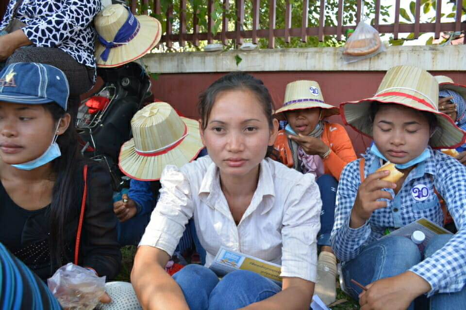 Rim Nov Sy, a 24 year old woman from Chrok Russey village, Koh Kong province, marched to the National Assembly to urge the government to stop the Chhay Araeng hydropower project because it will force the people in the Araeng Valley to relocate. She says that the people do not want to relocate! She calls for the cancellation of the Chhay Areang dam project!